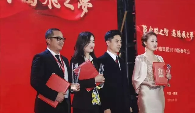 Sending a congratulatory letter to the singer Lei Jia of the Spring Festival Gala in Zhengan Ziqiang Village, Guizhou Province